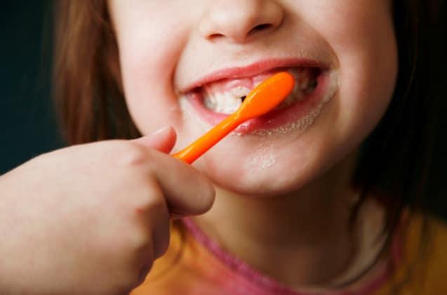 Un enfant en train de se brosser les dents